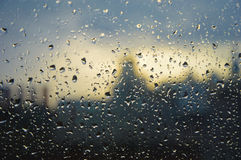 Pleuvoir sur une fenêtre dans une zone urbaine avec la distance hors focale avec Londres photos libres de droits