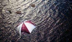 Pleuvoir trop ? Échappez au mauvais temps, concept de vacances Image libre de droits