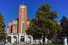 PLEVEN BULGARIEN - 20 SEPTEMBER 2015: Byggnad av stadshuset i mitt av staden av Pleven Arkivfoton
