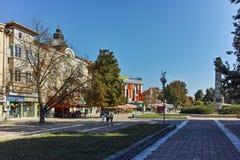 PLEVEN BULGARIEN - 20 SEPTEMBER 2015: Central gata i stad av Pleven Royaltyfria Foton
