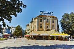 PLEVEN BULGARIEN - 20 SEPTEMBER 2015: Central gata i stad av Pleven Fotografering för Bildbyråer