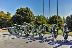 PLEVEN BULGARIEN - 20 SEPTEMBER 2015: Kanon framme av panorama den Pleven epopeen 1877 i stad av Pleven Arkivbilder