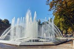 PLEVEN, BULGARIEN - 20. SEPTEMBER 2015: Rathaus und Brunnen in der Mitte der Stadt von Pleven Stockfotografie