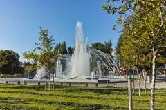 PLEVEN BULGARIEN - 20 SEPTEMBER 2015: Springbrunn i mitt av staden av Pleven Royaltyfria Foton