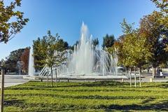 PLEVEN BULGARIEN - 20 SEPTEMBER 2015: Springbrunn i mitt av staden av Pleven Arkivbild