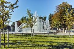 PLEVEN BULGARIEN - 20 SEPTEMBER 2015: Springbrunn i mitt av staden av Pleven Royaltyfria Bilder