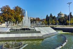 PLEVEN BULGARIEN - 20 SEPTEMBER 2015: Stadshus och springbrunn i mitt av staden av Pleven Royaltyfria Bilder