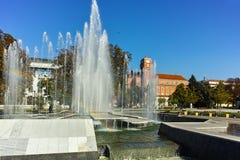 PLEVEN BULGARIEN - 20 SEPTEMBER 2015: Stadshus och springbrunn i mitt av staden av Pleven Arkivfoton