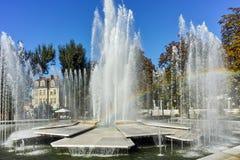 PLEVEN BULGARIEN - 20 SEPTEMBER 2015: Stadshus och springbrunn i mitt av staden av Pleven Arkivbilder