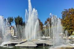 PLEVEN BULGARIEN - 20 SEPTEMBER 2015: Stadshus och springbrunn i mitt av staden av Pleven Arkivbild