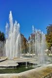 PLEVEN BULGARIEN - 20 SEPTEMBER 2015: Stadshus och springbrunn i mitt av staden av Pleven Royaltyfri Foto
