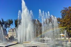 PLEVEN BULGARIEN - 20 SEPTEMBER 2015: Stadshus och springbrunn i mitt av staden av Pleven Royaltyfria Foton