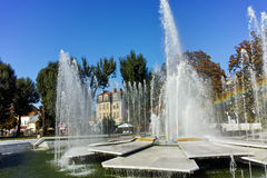 PLEVEN BULGARIEN - 20 SEPTEMBER 2015: Stadshus och springbrunn i mitt av staden av Pleven Arkivfoto