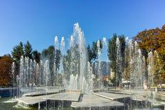 PLEVEN BULGARIEN - 20 SEPTEMBER 2015: Stadshus och springbrunn i mitt av staden av Pleven Fotografering för Bildbyråer