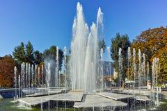 PLEVEN BULGARIEN - 20 SEPTEMBER 2015: Stadshus och springbrunn i mitt av staden av Pleven Royaltyfri Bild