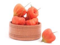 Plewa pomidory w drewnianym pucharze odizolowywającym na białym tle Fotografia Royalty Free