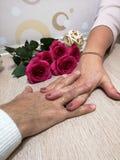 Plexo das mãos masculinas e fêmeas fotografia de stock