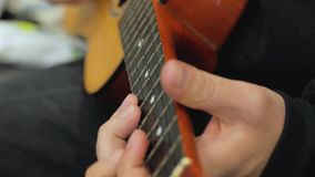 Pleyer delle ukulele video d archivio