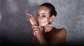 plezier Glanzende Vrouw met Gouden Lichaamsart. glamor royalty-vrije stock afbeelding