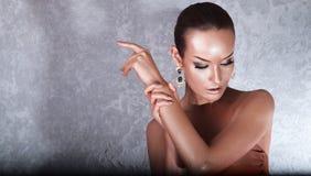 plezier Glanzende Vrouw met Gouden Lichaamsart. glamor stock afbeeldingen