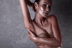 plezier Glanzende Vrouw met Gouden Lichaamsart. glamor royalty-vrije stock foto