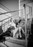 plezier Mannequinvrouw met blazende kleding over blauwe hemel, in openlucht Jong blonde Royalty-vrije Stock Foto