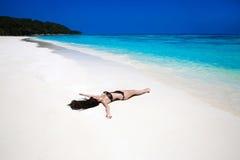 plezier Mooi brunette die op Tropisch Strand liggen Sexy biki stock afbeeldingen