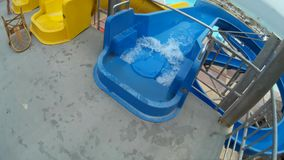 Plezier op de waterdia in Aqua Park stock footage