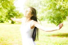 Plezier van de geluk het jonge vrouw in de aard Royalty-vrije Stock Foto's