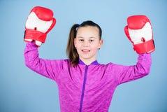 Plezier van sport Vrouwelijke bokser Sportopvoeding Het in dozen doen verstrekt strikte discipline Meisjes leuke bokser op blauw stock foto's