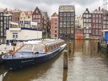 Plezierboot dichtbij de pijler in Amsterdam. Nederland Stock Afbeeldingen