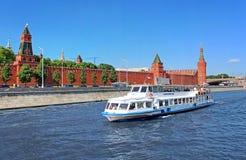 Plezierboot dichtbij het Kremlin, Moskou, Rusland Stock Foto