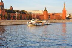 Plezierboot Moskou-64 bij de muren van Moskou het Kremlin Moskou, Rusland Royalty-vrije Stock Afbeelding