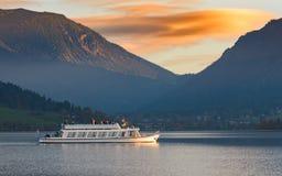 Plezierboot op Alpien meer in Beieren stock afbeelding