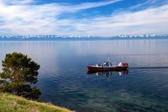 Plezierboot op Meer Baikal royalty-vrije stock foto's