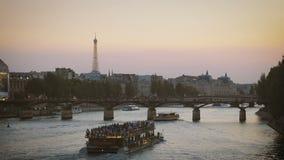 Plezierboten die op de Zegen in de avond in Parijs kruisen, de Torenmening van Eiffel stock videobeelden