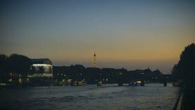 Plezierboten die op de Zegen in de avond in Parijs kruisen, de Torenmening van Eiffel stock footage