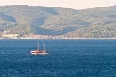 Plezierbotenboot in Adriatische overzees Kroatië, op excursiereis Stock Afbeeldingen