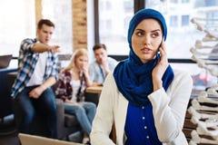 PlGroup van studenten die prettige moslim vrouwelijke student misbruiken Stock Afbeelding