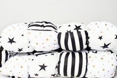 Plié dans la couverture de lit hypoallergénique de patchwork à moitié blanc avec des étoiles de noir et d'or et des rayures noire image libre de droits