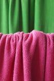 Pli rouge et vert de serviette avec l'ombre Photo stock