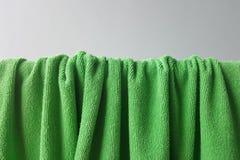 Pli vert de serviette avec l'ombre Photos libres de droits