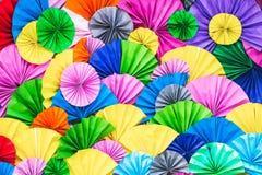 Pliage de papier multicolore, fond de papier coloré plié image libre de droits