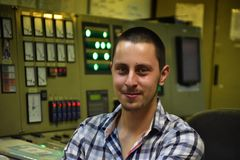 Plichtsingenieur dichtbij controlebord royalty-vrije stock foto