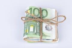 Plik euro rachunki wiążący z arkaną i umieszczający na bielu Obrazy Stock