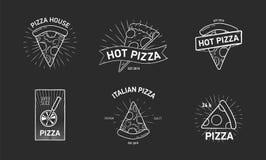 Plik monochromatyczni logotypy z pizza plasterkami i koło krajacza ręka rysująca w eleganckim roczniku projektujemy wektor ilustracja wektor