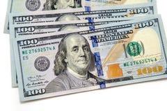 Plik sto dolarowych rachunków rozkładających jak fan Na biały tle bill tła dolara Amerykańscy dolary gotówka zdjęcia royalty free