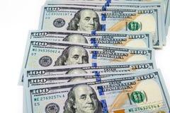 Plik sto dolarowych rachunków rozkładających jak fan Na biały tle bill tła dolara Amerykańscy dolary gotówka fotografia royalty free