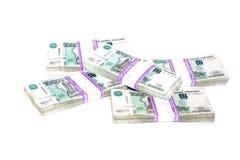 Pliki rosjanina papieru rachunki tysiąc rubli kłamają chaotically na białym tle zdjęcia stock