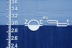 Plimsoll-Kennzeichen auf dem Schiff Stockfotos